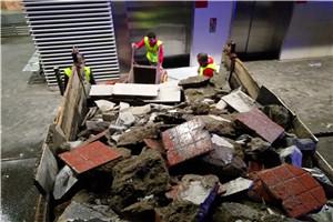 女儿墙拆除时,物业把钢结构拆除了卖废品了。妥当吗