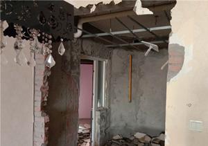 成都华阳凤凰城二手房拆除,墙面拆除到红砖。